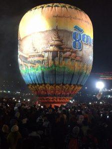 ミャンマータウンジー気球祭り:気球で上げる空中花火祭り(2016年)